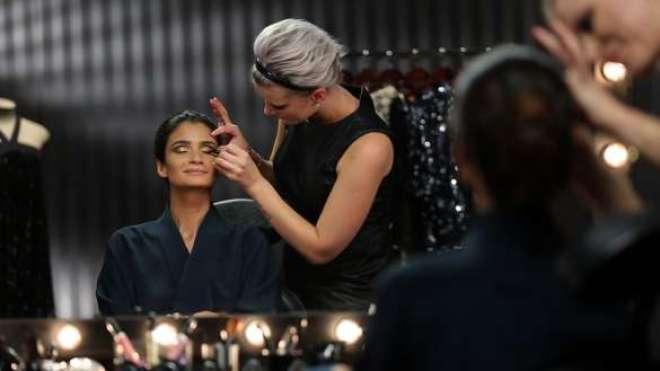 Suelen Johann, maquiadora sênior da marca, lista todos os itens Make B. que usará no rosto da top model.