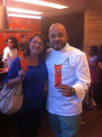 Marta Frediani, editora do CrazyKiwi, com o chef José Maria, durante a degustação das delícias preparadas com o sorvete.