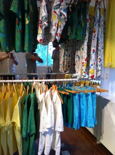 A loja também venderá roupas customizadas com estampas da marca.