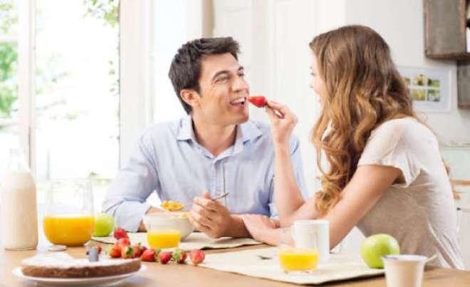Tomar um bom café da manhã promove maior sensação de saciedade ao longo do dia e diminui a propensão de comer em excesso nas outras refeições, explica nutricionista.