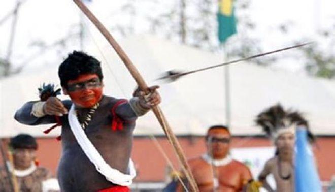 Além do arco e flecha e do futebol de cabeça, índios competem em modalidades tradicionais, como a natação e o atletismo.