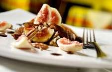 A delicada sobremesa Sinfonia de Figos reúne 3 versões da fruta: fresca, seca e em compota, com nozes.