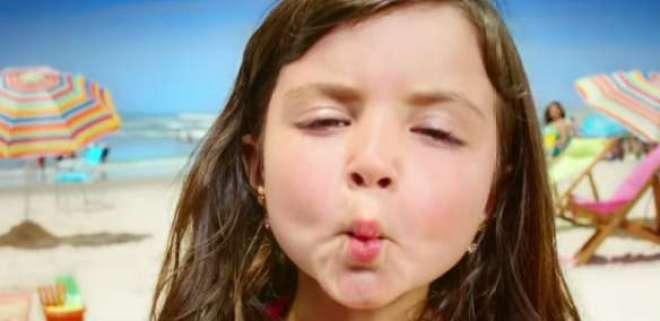 após proteger a pele de seus filhos com SUNDOWN, é só ganhar um beijinho como recompensa e aproveitar os diferentes momentos