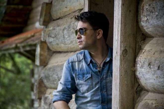 """O EP de Caique traz como carro-chefe a balada romântica """"Cobertura ou Cobertor"""", sua nova música de trabalho."""