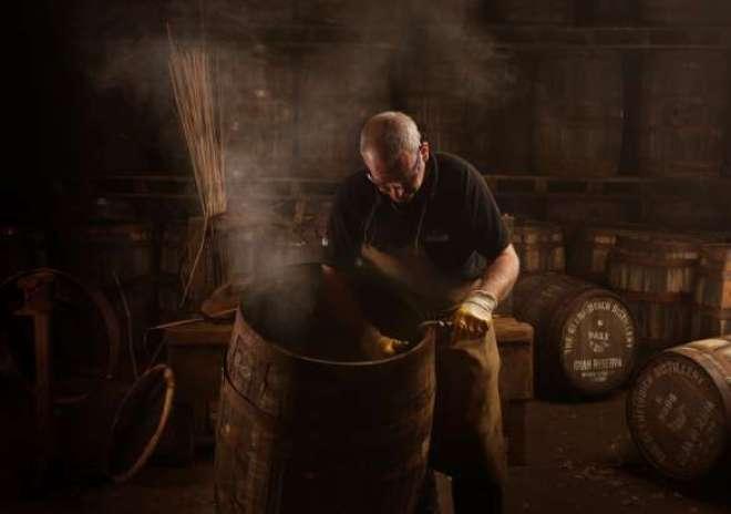 A premiada destilaria familiar Escocesa dispõe de visitas guiadas para o turista conhecer seus processos de produção.