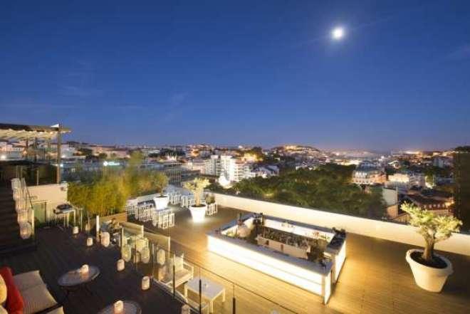 Localizado no coração da cidade, na Avenida Liberdade, o Tivoli Lisboa é um tradicional e prestigiado ponto de encontro. Durante o verão é possível curtir o Sky Bar, localizado na cobertura do hotel com vista para o rio Tejo e para a colina do castelo de São Jorge