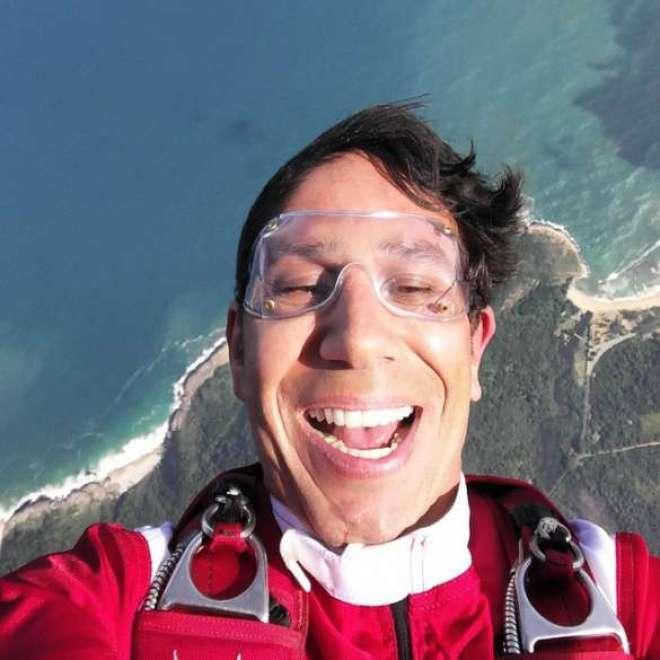 Luigi Cani, paraquedista profissional, fez um salto sobre a Prainha no Rio de Janeiro, e utilizou as tecnologias do próximo smartphone da empresa coreana para fazer um registro inédito.