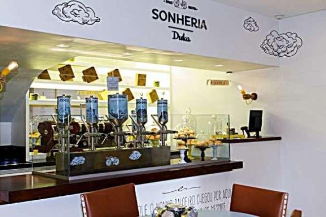 A nova loja, pequena e aconchegante, é especializada em sonhos e cafés.