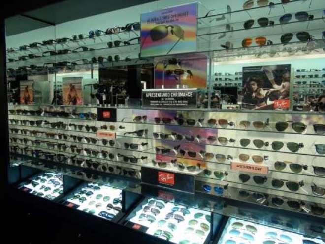 As lojas Sunglass Hut possuem um estilo bem definido, desde a decoração até a seleção dos produtos.