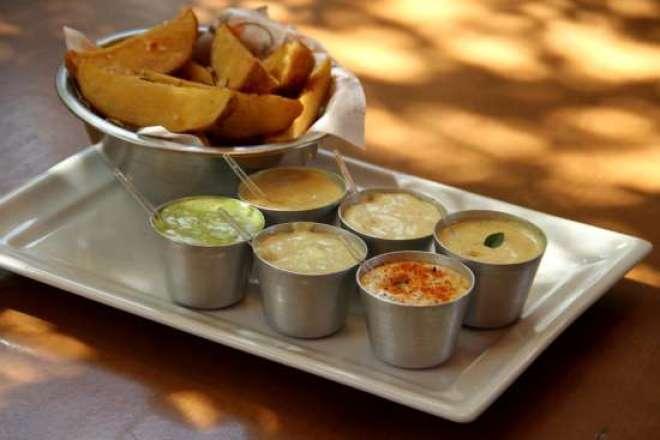 As batatas e o menu de maioneses da casa são opções de acompanhamento.