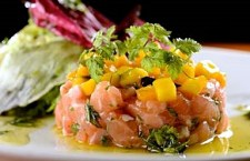 """O famoso """"Tartar de Salmão"""" do chef está neste cardápio especial."""