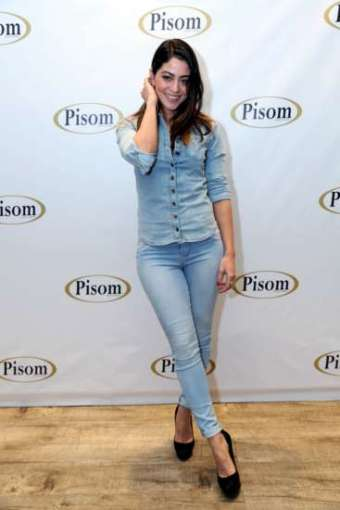 Atriz desfilou com look total jeans pelos corredores da loja instalada no bairro do Brás, em São Paulo.