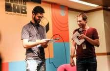 Tiago Leifert entrega o prêmio a Diego Tavares. (Foto: Gianne Carvalho)