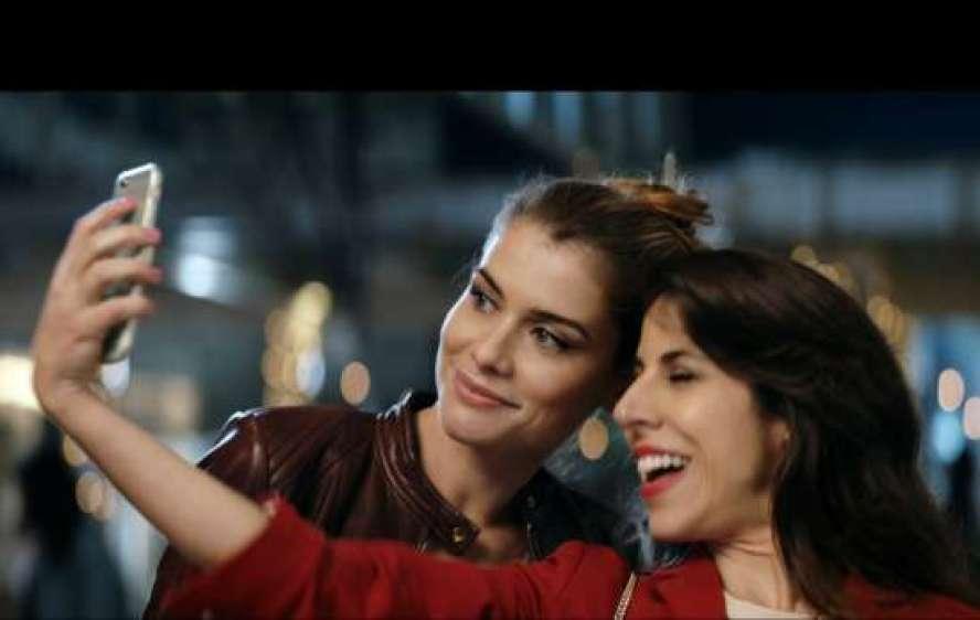 Campanha para divulgar a promoção, estrelada pela atriz Alinne Moraes, brinca com o poder da autoestima.