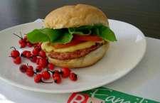 A casa aposta na tendência de burger de bairro com o mote de abastecer as famílias e os estudantes da região (fica próxima à PUC).