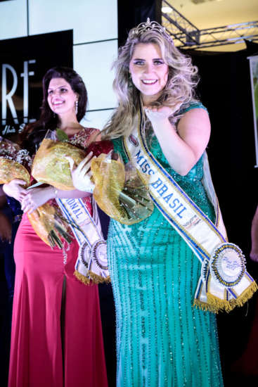 A grande vencedora que recebeu a coroa e reinará por um ano como Miss Brasil Plus Size é Aline Frade, de São Paulo.