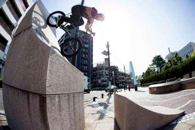 """""""Illustrated: A Vans BMX Video"""" apresenta a equipe Vans BMX, um grupo de indivíduos criativos que se expressa ao elevar os limites do que pode ser feito em duas rodas."""