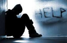 A família pode e deve ajudar: é muito importante que familiares ou pessoas próximas prestem atenção nos pequenos sinais, como princípio de depressão, embotamento social e introspecção.