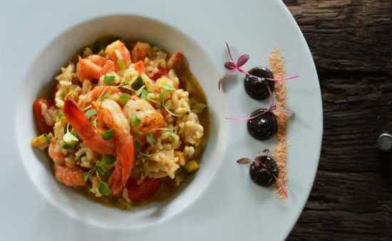 Shrimp Risotto with Cajun and Squid Ink Emulsion. (Foto: Lecca Fernandes)