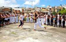 Além da oficialização, Alok aproveitou para conhecer o trabalho desenvolvido e jogar capoeira com as crianças e adolescentes beneficiadas pelas ações sociais da ONG.