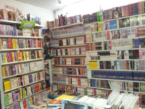Die Manga-Regale mit dem Second-Hand-Regal links