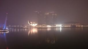 """Marina Bay Sands bei Nacht und """"Nebel"""""""