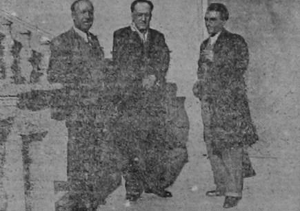 Los hermanos Machado junto al reportero de «Diario Fragua Social» en las escaleras de Villa Amparo. Diciembre de 1936. Fuente «Machado en Rocafort»