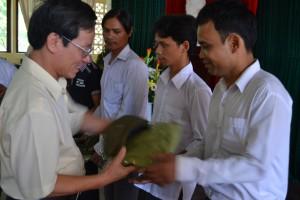 Giám đốc CRD tặng đồng phục cho cộng đồng quản lý rừng