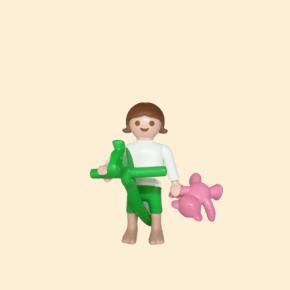 Enfant avec jouet et peluche