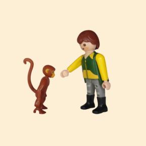 Soigneur animalier avec singe