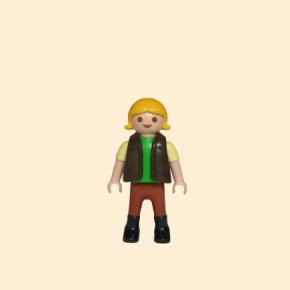 Playmobil petite fille portant des bottes marrons
