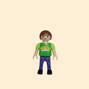Playmobil petit garçon avec un tee-shirt vert