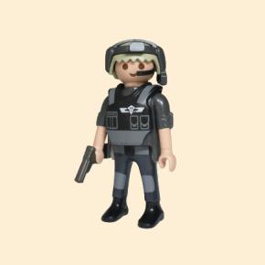 policier d'élite avec micro