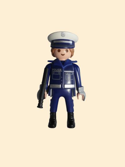 Policier avec matraque
