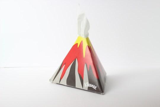 Myrto Lazaridou crée un packaging de boîte à mouchoirs à la manière d'un volcan