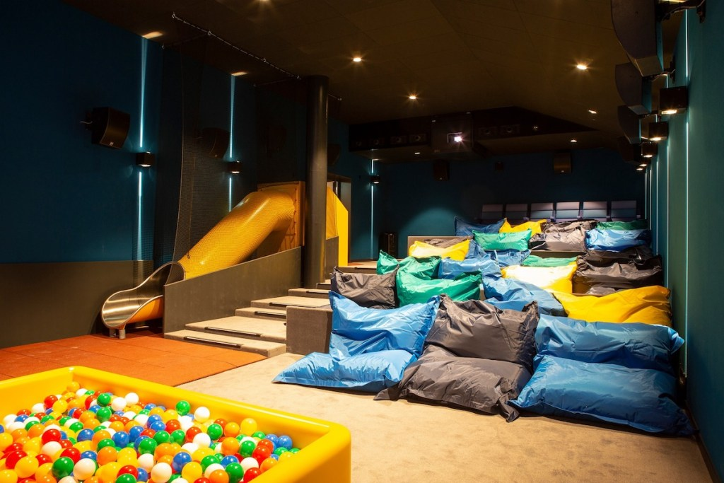 Des canapés lits dans un cinéma Pathé en Suisse