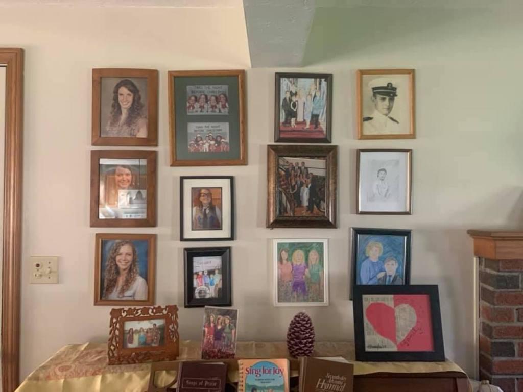 Kristen Vogler remplace les photos de famille une par une par ses dessins
