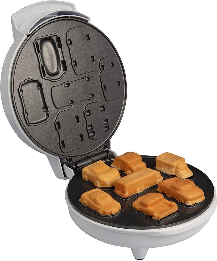 Un appareil à gaufres qui crée des petites voitures comestibles pour le petit-déjeuner