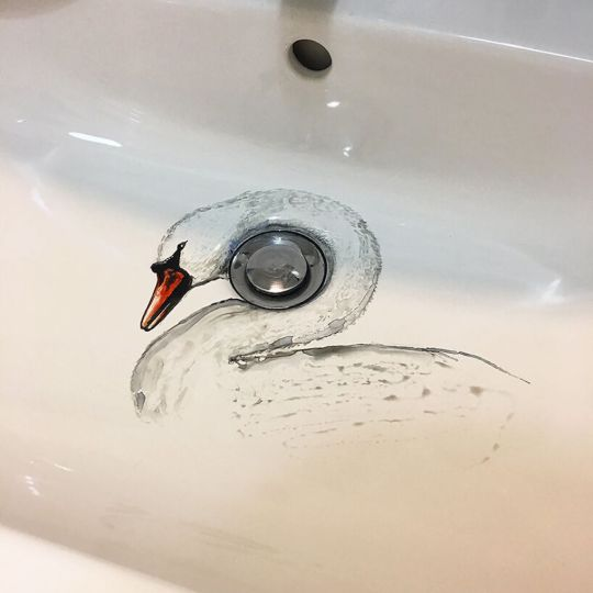 Marta Grossi peint dans son lavabo