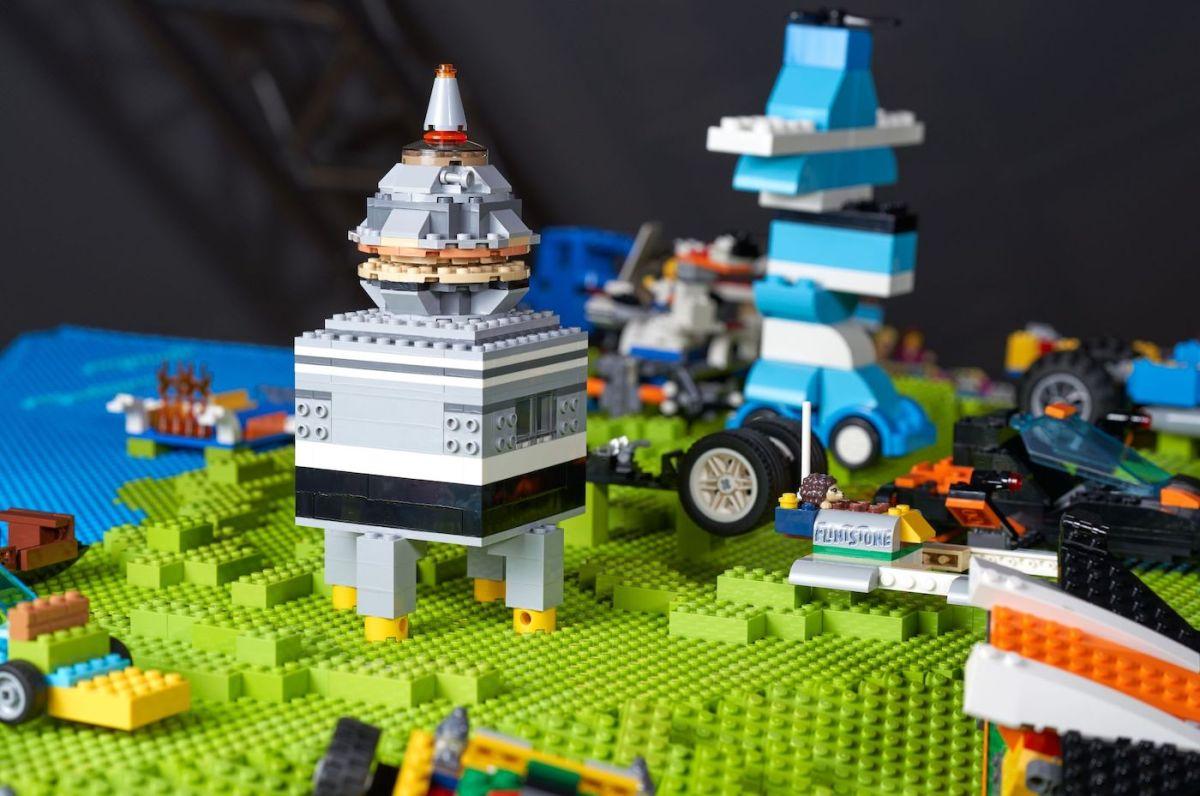 LEGO dévoile un globe géant qui contient des créations d'enfants pendant le confinement