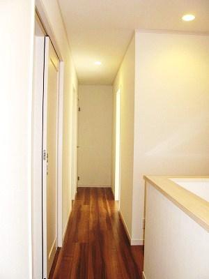 白を基調とした2階階段廻り