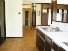 キッチンから見たホールです。右奥に見えますのは、造り付け(施主様特注)のテレビボードです。