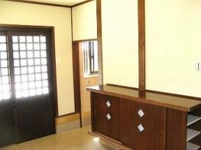 玄関ホール。左側は収納。 職人手作りの下足入れは、統一感ある秀逸です。