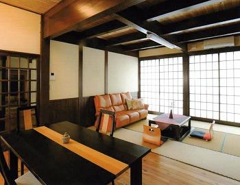 リビングの天井は梁を見せて雰囲気を演出。