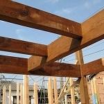古材の廻りを新建材が支えます