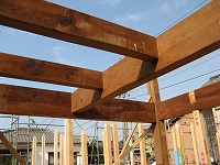 古材の廻りを新建材が支えます。