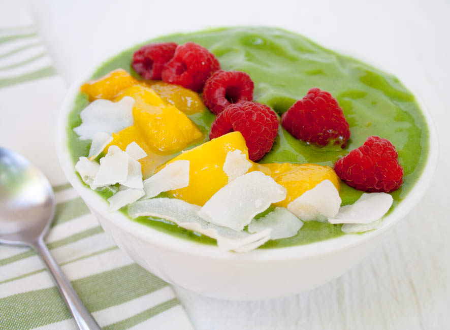 Matcha Mango Smoothie Bowl (vegan, gluten free) - This healthy breakfast is the perfect way to start your day and wake you up. It is packed with nutrition!
