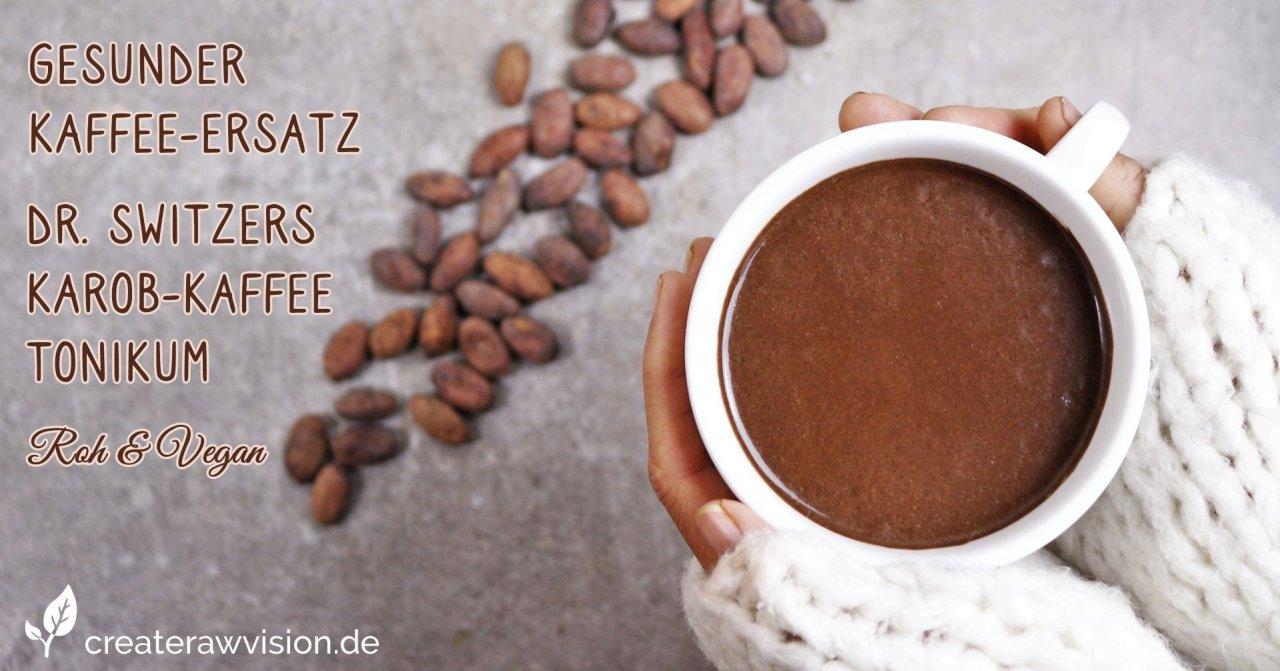 Gesunder Kaffee-Ersatz - Dr. Switzers Karob-Kaffee-Tonikum in einer Kaffeetasse die in Händen gehalten wird mit kakaobohnen