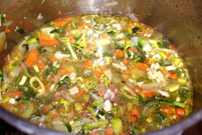 water en rest groente toevoegen, laten pruttelen.