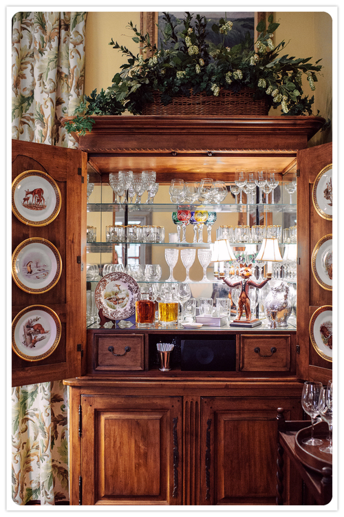 Armoire turned bar